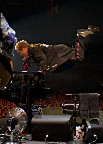 Elton John w transie podczas koncertu